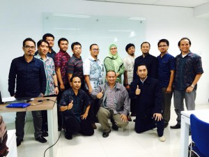 Foto Bersama seluruh peserta bersama Ibu Nurul Huda, Program Coordinator Oracle Academy Indonesia dan Bpk. Rizqi Ardiansyah Instruktur Oracle Academy