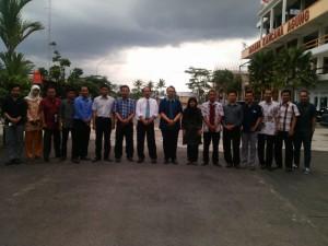 Foto Bersama antara seluruh Dosen STMIK Tasikmalaya, Ketua STMIK Tasikmalaya dan Prof.Dr.H.Rully Indrawan setelah acara pelatihan selesai.