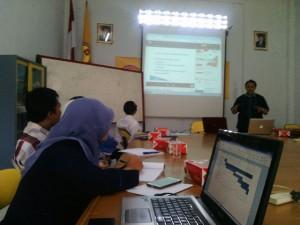 Prof.Dr.H.Rully Indrawan sedang memberikan materi pelatihan Pembuatan Proposal Penelitian dan PKM