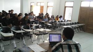 Mahasiswa Sedang Menyimak Materi Perkuliahan